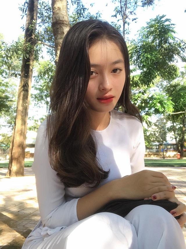 Bức ảnh đang được cộng đồng mạng chia sẻ được một người bạn chụp cho Thư trong buổi lễ khai giảng năm học mới 5/9. Đó là ngày các nữ sinh trong trường đều diện áo dài trắng.