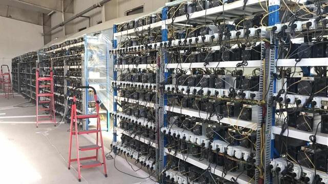 Bên trong một cơ sở nhà máy đào tiền ảo.