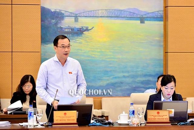 Chủ nhiệm UB Kinh tế Vũ Hồng Thanh đại diện cho cơ quan thẩm tra báo cáo về tình hình kinh tế - xã hội của Chính phủ