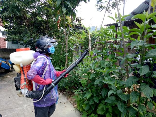 Cán bộ y tế phun thuốc diệt muỗi vùng có dịch thôn Agrồng, xã Atiêng