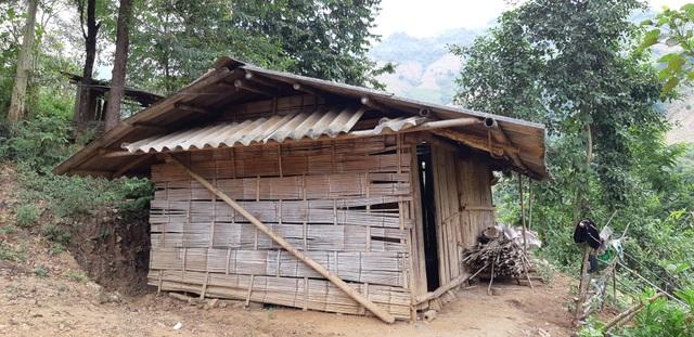 Một trong 23 túp lều dựng tạm của học sinh điểm trường Pà Nó, trường tiểu học Tà Hộc, huyện Mai Sơn, tỉnh Sơn La. Học sinh phải ở trọ trong lều để học chữ từ thứ 2 đến thứ 6 do nhà quá xa