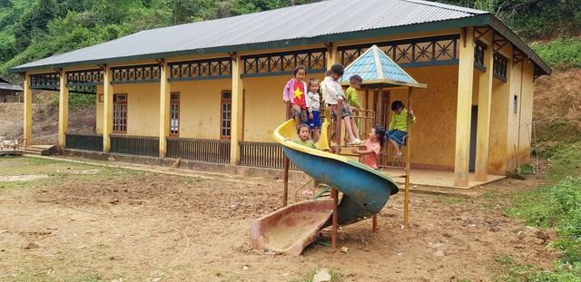 Niềm vui của các em học sinh bên cầu trượt cáu bẩn đất đá