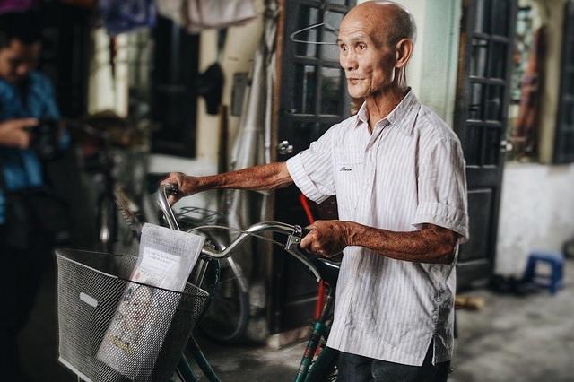 Mỗi tuần cụ Linh đều tự đạp xe đi học