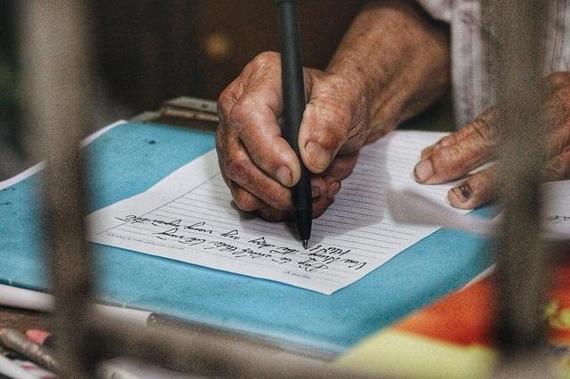Ở tuổi 85 cụ Linh khá minh mẫn và có sức khỏe tốt. Cụ có thể đọc sách, ghi chép mà không cần dùng đến kính.