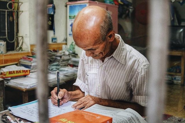 Mỗi ngày cụ Linh đều dành khoảng 5-6 tiếng cho việc tự học ở nhà.