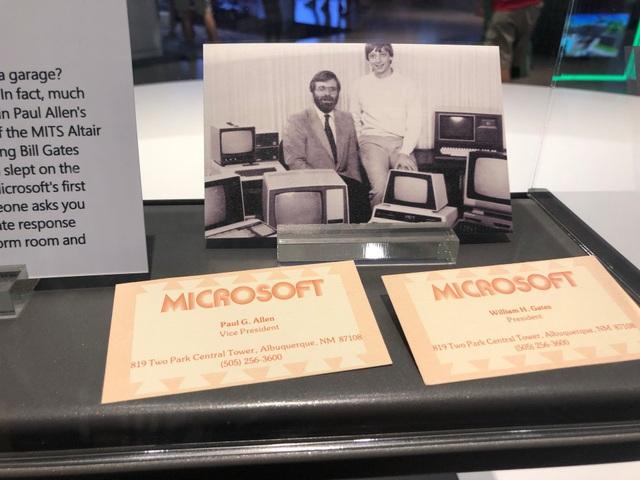 Tấm hình chụp Paul Allen cùng Bill Gates được trưng bày trong Phòng tham quan của Microsoft ở trụ sở Redmond.