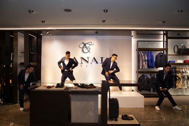 Các vũ công trình diễn xuất sắc tiết mục vũ đạo trong trang phục của thương hiệu Canali nhờ vào sự tối ưu của các loại vải thông minh
