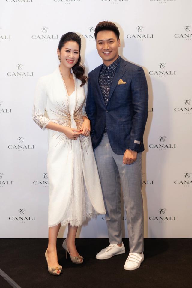 Hoa hậu Dương Thùy Linh thanh lịch trong vai trò MC của chương trình. Nam diễn viên Mạnh Trường chọn cho mình trang phục suit trong Bộ sưu tập Thu Đông 2018 để xuất hiện tại sự kiện.