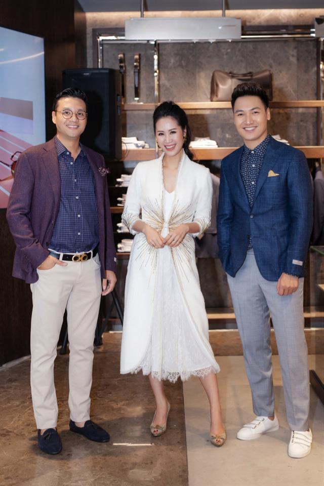 Đạo diễn tài năng Khải Anh lịch lãm trong trang phục suit Canali xuất hiện tại sự kiện cùng hai người bạn Thùy Linh và Mạnh Trường.