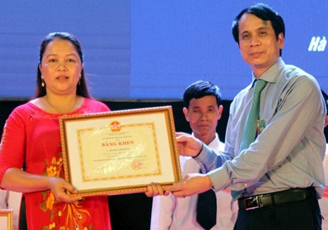 Cô giáo Hoàng Thị Hương nhận bằng khen điển hình tiên tiến của Bộ GD&ĐT