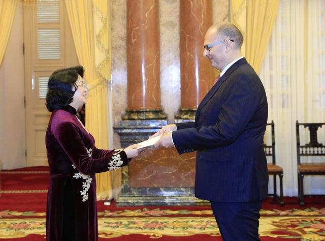 Đại sứ Đan Mạch tại Việt Nam Kim Højlund Christensen trình quốc thư lên Quyền Chủ tịch nước Đặng Thị Ngọc Thịnh. (Ảnh: Đại sứ quán Đan Mạch)