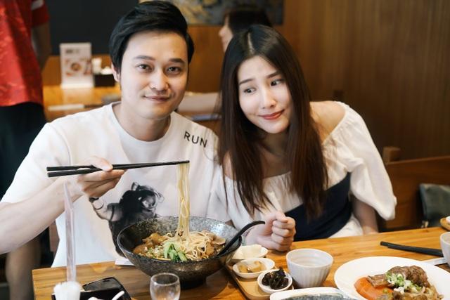 Cả hai khám phá món mì bò nổi tiếng của Đài Loan.