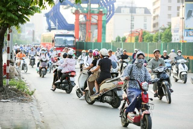 Theo phản ánh của người dân sinh sống quanh khu vực này, tình trạng trên đã diễn ra trong khoảng một thời gian dài, thường xuyên, kể cả vào giờ cao điểm. Phương tiện vi phạm chủ yếu là xe máy.