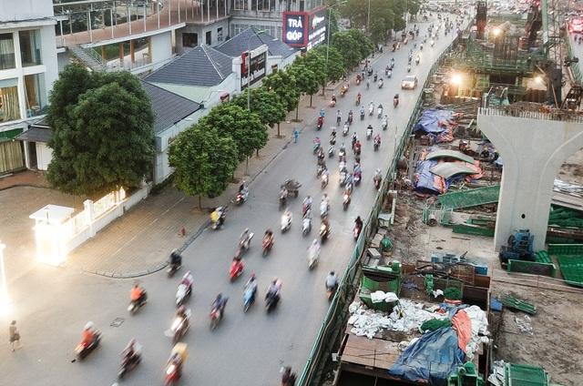 Đoạn đường này càng trở nên đông đúc hơn từ khi công trình đường trên cao được triển khai thi công. Thế nhưng, tại khu vực này, tình trạng xe máy đi ngược chiều thường xuyên diễn ra.