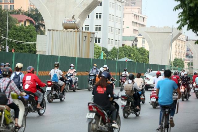 Cảnh xe máy rồng rắn đi ngược chiều trên đường Trường Chinh.