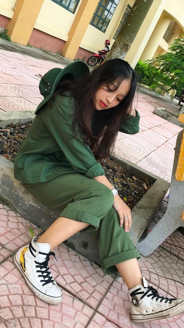 Nữ sinh gây thương nhớ với bức ảnh ngồi nghỉ trên đường hành quân - 5