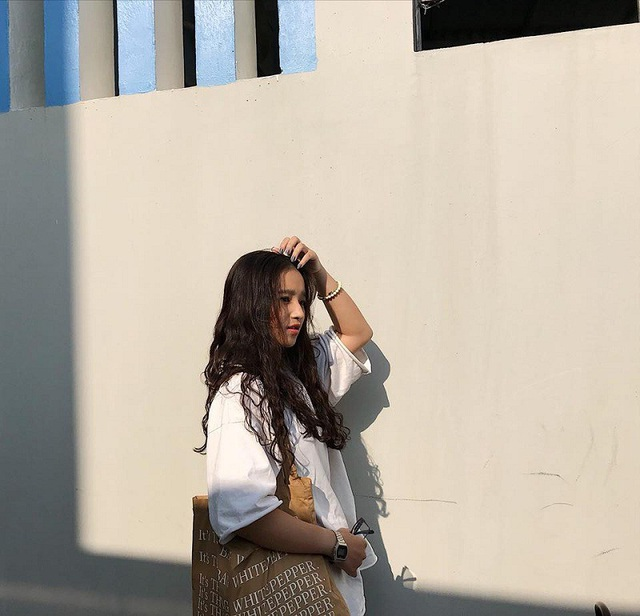 Đời thường Kim Anh cũng rất xinh xắn với mái tóc xoăn dài