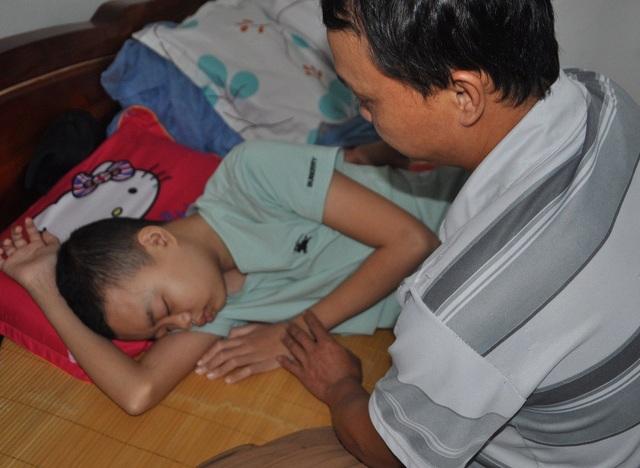 Cậu bé rất đau đớn và yếu ớt sau đợt xạ trị.