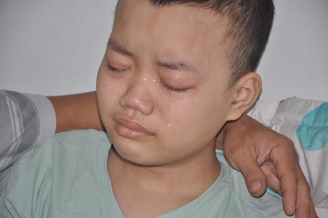 Nước mắt em giàn giụa khi nhắc đến em trai và em gái bệnh tật ở nhà.