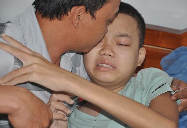 Bị ung thư máu khiến sức khỏe của bé Dương rất yếu.