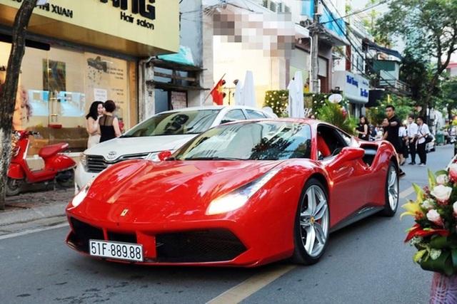 Ca sĩ Tuấn Hưng từng xuất hiện với chiếc xe Ferrari 488 GTB mang biển kiểm soát 51F - 889.88.