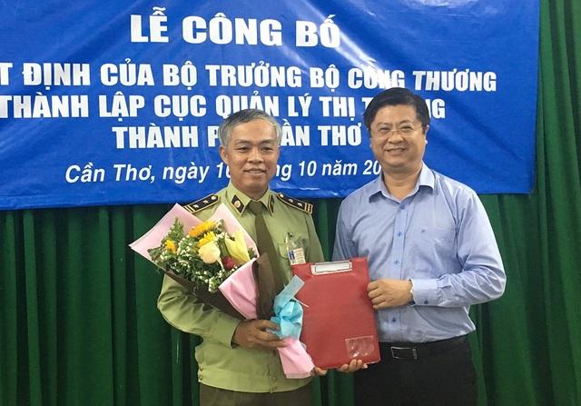 Ông Trương Quang Hoài Nam - Phó chủ tịch UBND TP Cần Thơ trao quyết định quyền Cục trưởng cho ông Nguyễn Văn Sanh