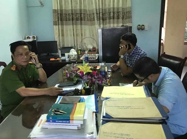 Anh Nguyễn Thanh Ba - PV báo điện tử VTC News (bìa phải) viết đơn trình báo vụ việc tại công an phường Hoà Khánh Nam