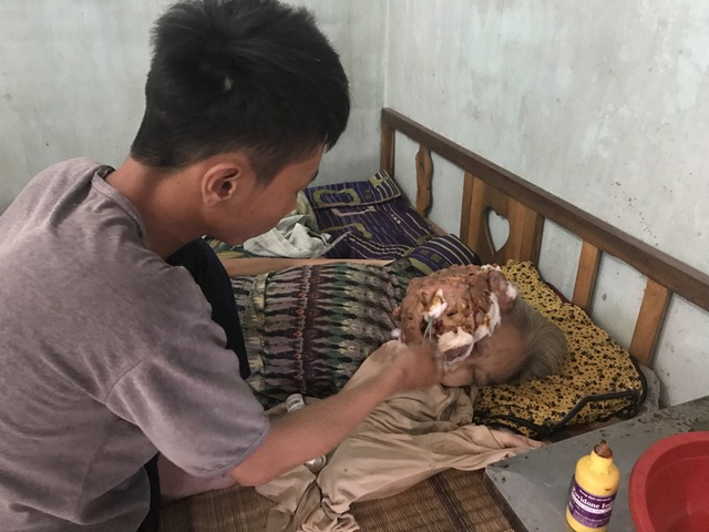Đang học lớp 9 thì mẹ đổ bệnh, nên Vương phải nghỉ học vừa đi làm kiếm tiền, vừa chăm mẹ.