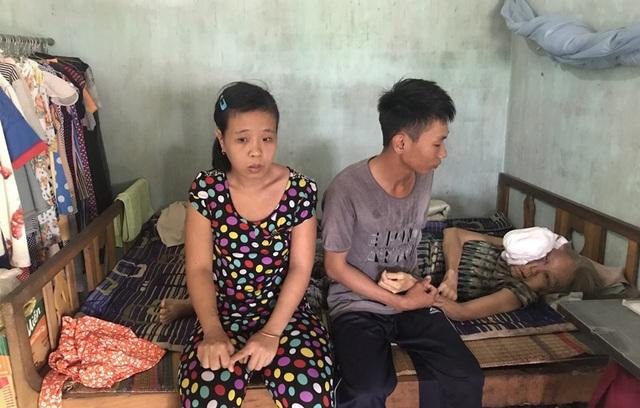 Ngoài việc đi làm cỏ thuê kiếm tiền chăm mẹ thì Vương còn phải lo cho chị gái mắc bệnh ngớ ngẫn