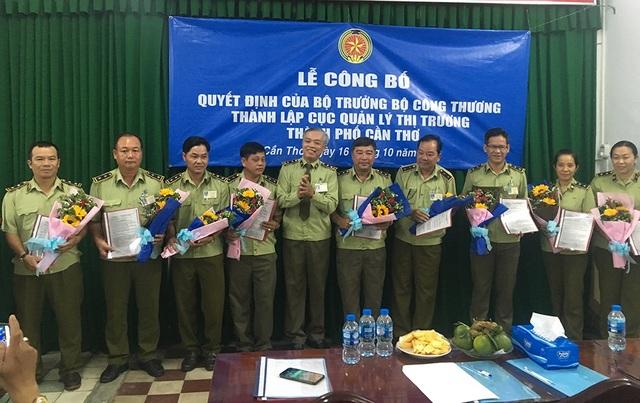Ông Nguyễn Văn Sanh quyền Cục trưởng trao quyết định cho các đội trưởng và lãnh đạo các phòng
