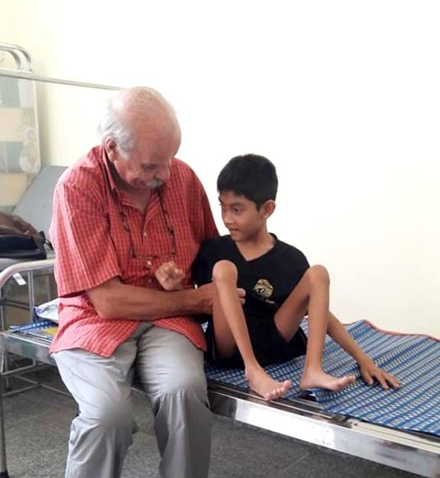Bác sĩ khám sàng lọc cho trẻ em bị dị tật cơ xương tại huyện Sông Hinh