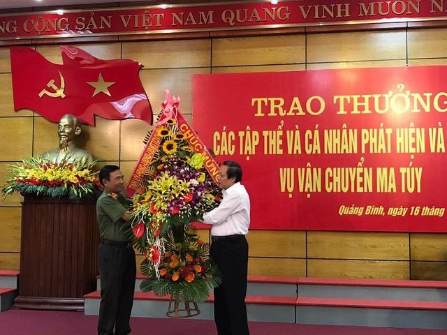 Bí thư Tỉnh uỷ Quảng Bình tặng hoa chúc mừng cho Công an tỉnh