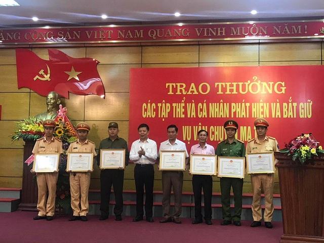 Chủ tịch UBND tỉnh Quảng Bình tặng Bằng khen cho các tập thể, cá nhân.
