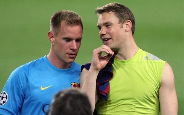 Ter Stegen (trái) đang có phong độ tốt hơn đồng đội Neuer (phải)