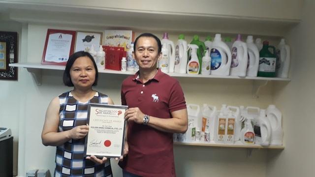 ông Kwee Meng Chua, Giám đốc điều hành Golden Wing Chemical, trao chứng nhận phân phối độc quyền cho bà Vũ Châu Loan, Chủ tịch kiêm đồng sáng lập SPI.