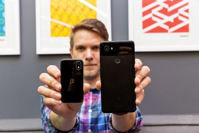 So sánh kích thước của Palm với chiếc smartphone Pixel 2 XL của Google