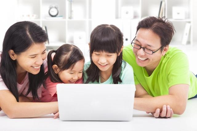 Bố mẹ đồng hành cùng con học tiếng Anh tại nhà bằng tài khoản trực tuyến.