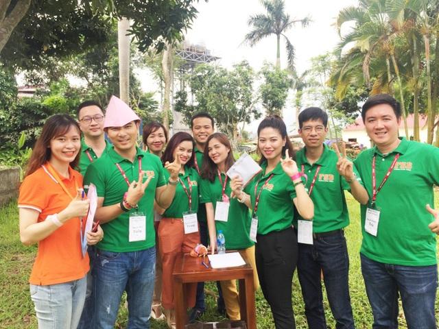 BTV Ngọc Trinh (VTV24) cùng các học viên khác của chương trình MBA - Viện Quản trị và Công nghệ (FSB) trong một buổi học dã ngoại.