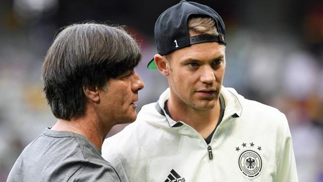 HLV Joachim Low (trái) vẫn đặt niềm tin ở Manuel Neuer