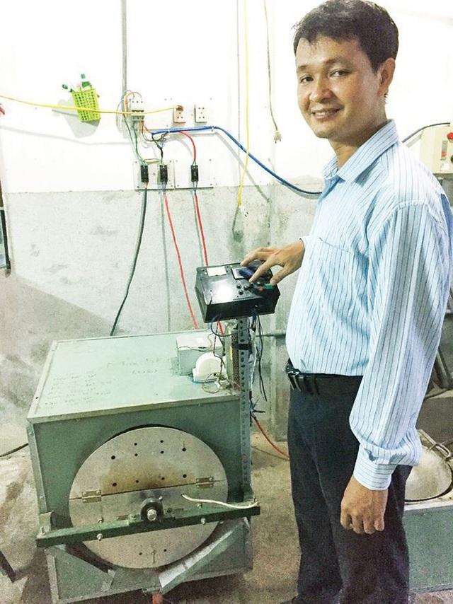 Anh Hoàng Xuân Long, chủ một hộ sản xuất ngũ cốc hài lòng với chiếc máy rang hạt do Đây chế tạo. Ảnh: NVCC
