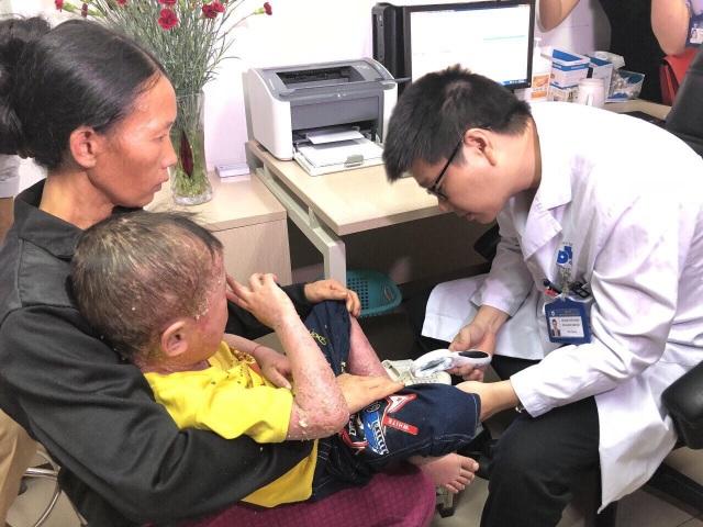 PGS Lê Hữu Doanh khám cho bệnh nhi.