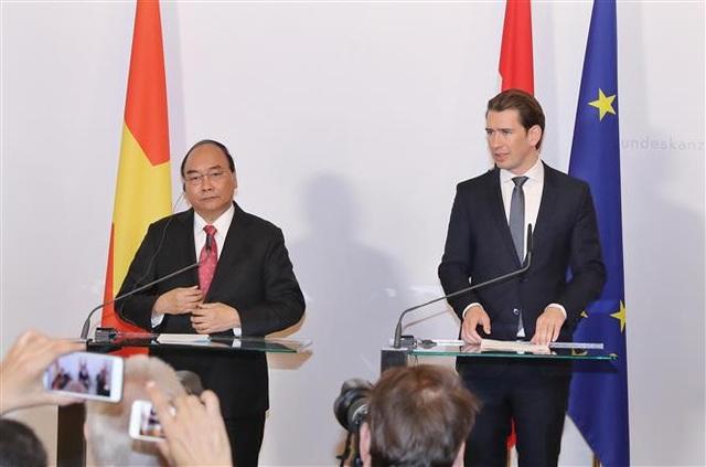 Thủ tướng Nguyễn Xuân Phúc với Thủ tướng Áo Sebastian Kurz gặp gỡ báo chí sau hội đàm. Ảnh: Thống Nhất –TTXVN