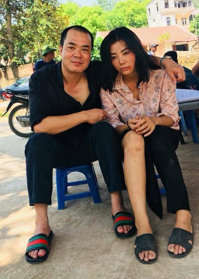 Đạo diễn, diễn viên Trịnh Xuân Hảo và diễn viên Thanh Hương chụp ảnh trong hậu trường thực hiện tập 18.