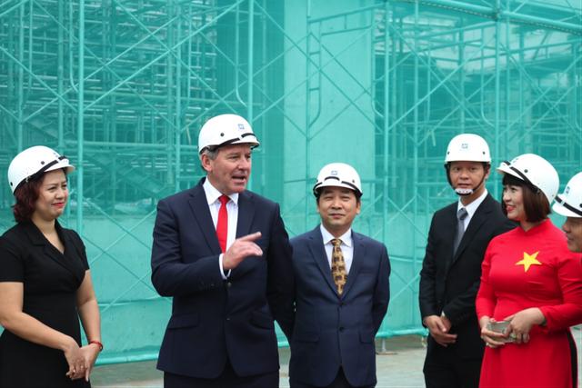 Bryan Robson hào hứng trò chuyện tại công trường dự án King Palace