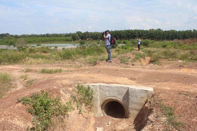 Một hệ thống ống xả thải được xây dựng sát hồ Trị An.