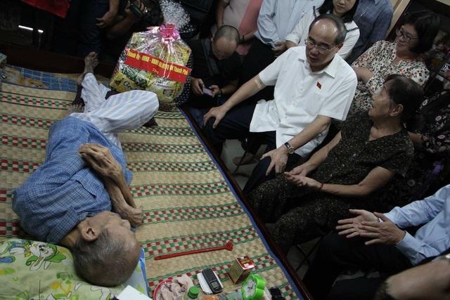 Bí thư Nguyễn Thiện Nhân thăm gia đình ông Trần Ngọc Minh tại khu tái định cư Thạnh Mỹ Lợi (quận 2)