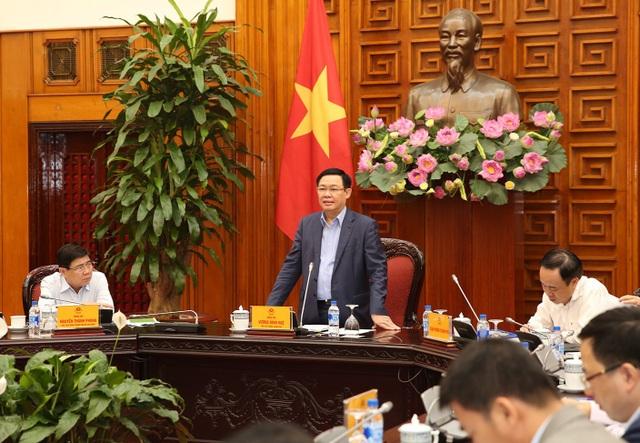 Phó Thủ tướng Vương Đình Huệ tại cuộc họp với TPHCM sáng 17/10