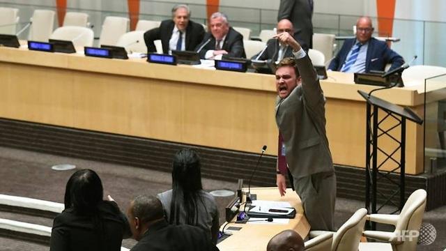 Các nhà ngoại giao Cuba đứng lên phản đối bài phát biểu của đại diện Mỹ. (Ảnh: AFP)