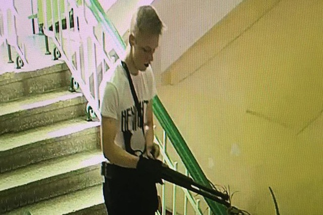 Hình ảnh nghi phạm mang súng tấn công trường học (Ảnh: Twitter)