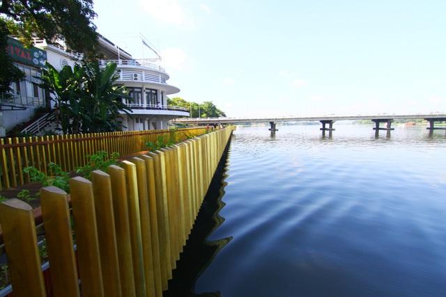 Đường có lan can bằng đồng ánh lên màu vàng chóe tạo với mặt nước sông Hương xanh vắt bức tranh tuyệt đẹp